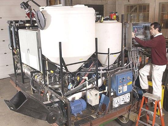 Un equipo de científicos de la Universidad Purdue ha creado una eficiente refinería portátil que convierte los residuos de alimentos, papel y plástico en energía eléctrica. La máquina, diseñada para fines militares de los EE.UU., permitiría a los soldados sobre el terreno convertir los residuos en energía y podría tener aplicaciones civiles en el futuro.
