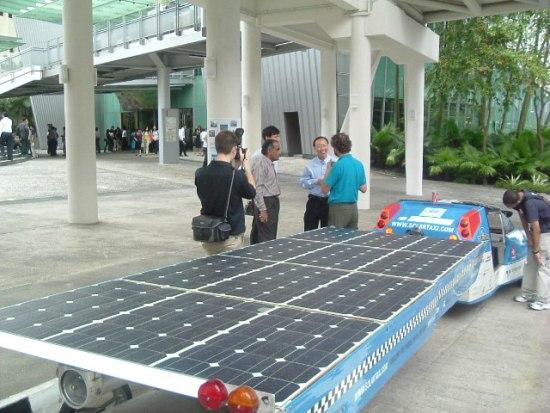 El Taxi Solar, que arrastra un remolque con paneles solares y alcanza 90 kilómetros por hora sin utilizar ningún tipo de combustible fósil.