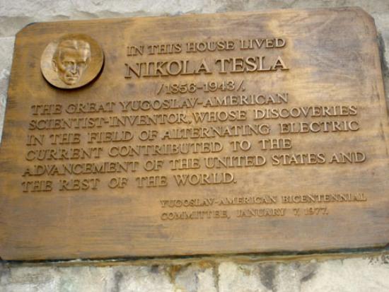 Los textos no profundizan realmente en la vida de Tesla, excepto en algunos episodios muy personales que sólo se podrían conocer de primera mano.