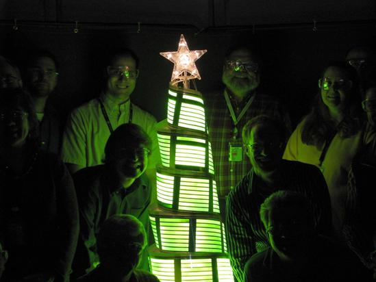 Un arbol de navidad construido con paneles OLED flexibles.