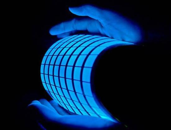 Aplique electricidad a la lámina resultante y ésta se enciende con un resplandor blanco azulado.