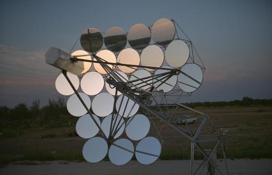 Los principales componentes de un Sistema disco Stirling son el concentrador parabólico, el motor Stirling y el sistema de seguimiento solar.