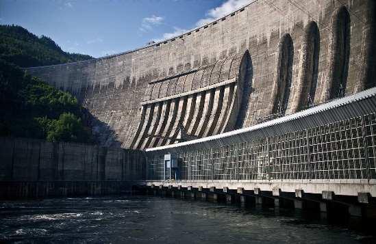La presa forma parte del embalse Sayano-Shushenskoe, con una capacidad total de 31,34 km3, una capacidad útil de 15,34 km3 y una superficie de 621 km2.