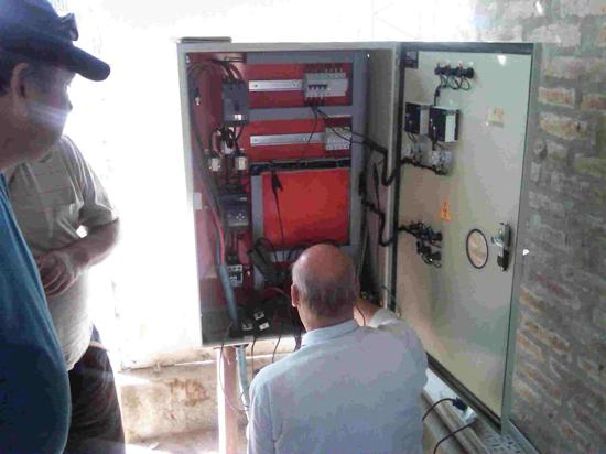 El tablero de comando instalado junto a la electrobomba eficiente de Grundfos utiliza más cobre, dado que para el diseño de los cables de entrada y salida al tablero se utilizó un criterio de intensidad de corriente igual a 1 - 1,5 Ampere/mm².