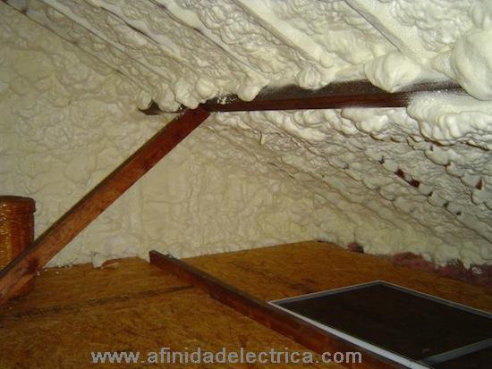 Utilice la espuma expansiva o masilla para sellar las aberturas de las cañerías de ventilación y los cables eléctricos. Tape los surcos con aislamiento después de que la masilla este seca.