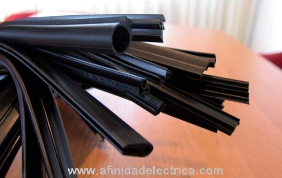 Cierre todos los bordes y rajaduras de las ventanas con masilla de cuerda. Esta es la opción más económica y sencilla.