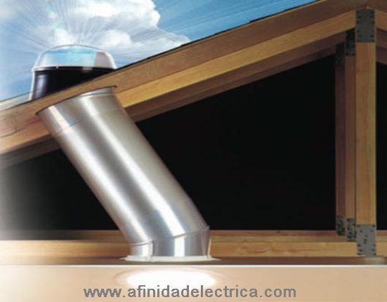 La luz del sol es canalizada por un tubo cubierto con un material de alto reflejo, y entra al espacio de la vivienda a través de un distribuidor diseñado para repartir la luz con regularidad.