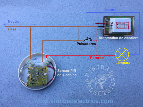 Circuito ejemplo de la sustitución de un pulsador por un sensor de movimiento en un circuito de automático de escalera existente.
