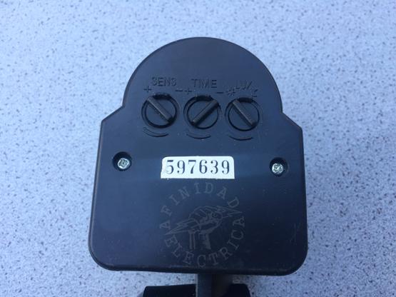 Según el sensor seleccionado, estos ajustes se realizan girando diales manuales o con la ayuda de un pequeño destornillador tipo perillero.