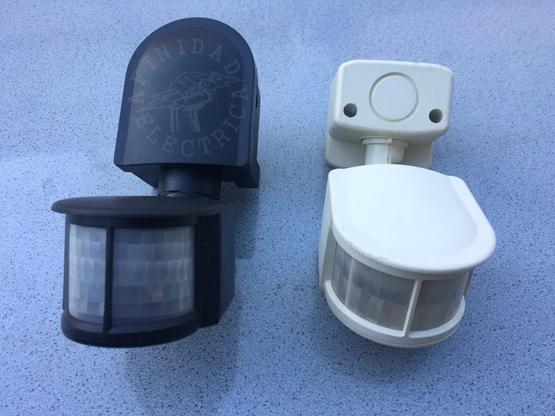 Sensor PIR exterior de pared 180º: Son aptos para su instalación en exteriores ya que su carcasa tiene cierta protección contra los elementos.