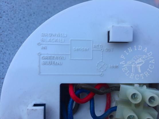 Conexión del sensor de movimiento de tres cables: La mayoría de los detectores utilizan este tipo de conexión.
