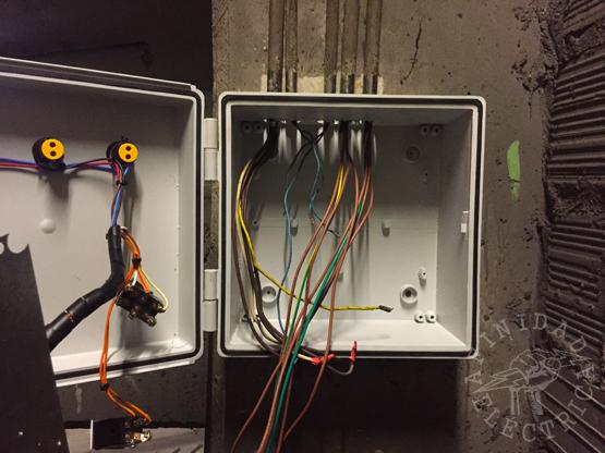 Se presenta el nuevo tablero en su posición y se marcan y perforan los agujeros para el ingreso de las cinco cañerías correspondientes a los cables recién mencionados.