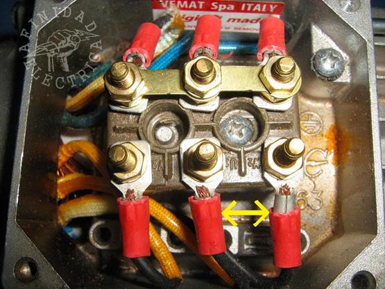 De no ser el correcto el sentido de giro, se procede a invertir la posición de dos fases desde la bornera del motor.