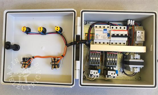 Una vez instaladas y controladas todas las conexiones internas, se ordenan los cables mediante el uso de precintos plásticos y cinta helicoidal.