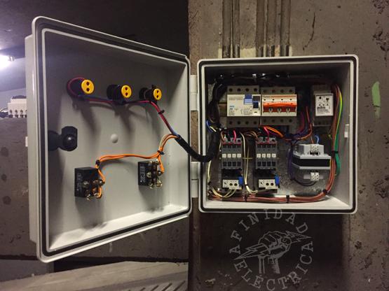 El último paso de la instalación del tablero, una vez instaladas y controladas todas las conexiones internas, será ordenar los cables mediante el uso de precintos de nylon.