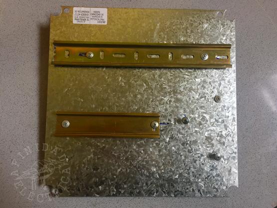 Una vez definida la ubicación de los elementos se procede a instalar el riel DIN que es la base estandarizada sobre la que se montan la mayoría de los componentes eléctricos para tableros.