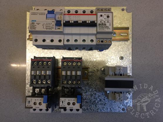 Con el riel ya instalado, se montan los conjuntos contactor-relevo, la llave térmica, el disyuntor, el protector de tensión y el transformador.