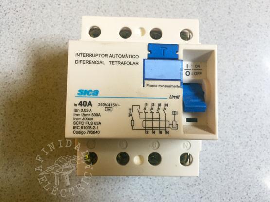 En este tablero utilizamos un disyuntor tetrapolar marca Sica de corriente nominal 40 Ampere y sensibilidad de 30 mili Ampere (0,03A).