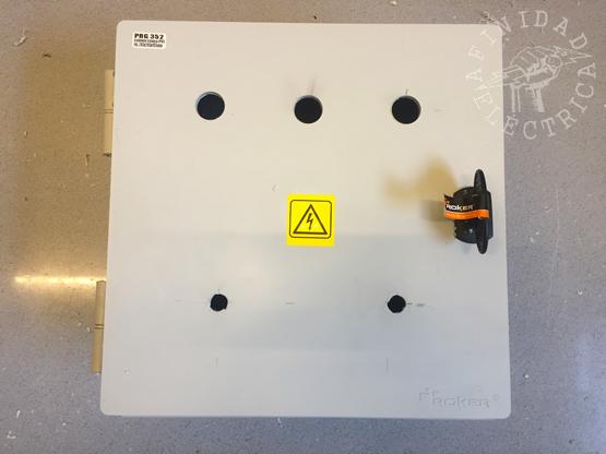 Para los indicadores luminosos se realizan tres perforaciones de 22mm de diámetro y para los interruptores, dos perforaciones de 12mm de diámetro.