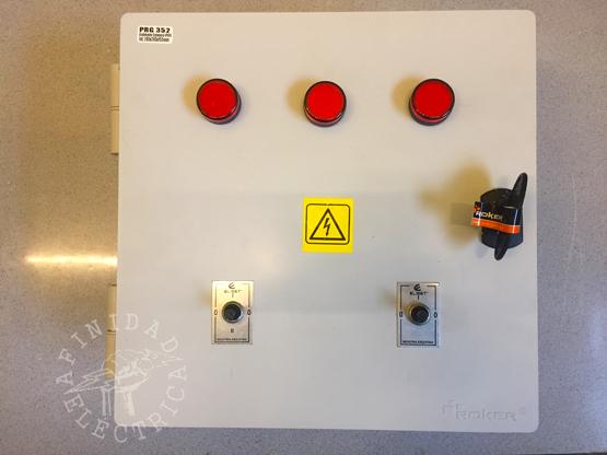 Una vez realizadas las perforaciones en el gabinete, se procede a instalar los componentes de la tapa.