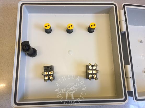 Componentes instalados en la tapa.