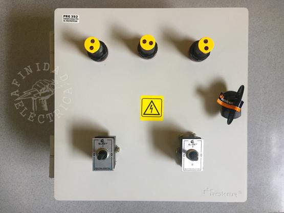 Para el frente o tapa del tablero también se presentan los componentes y se marca su posición.