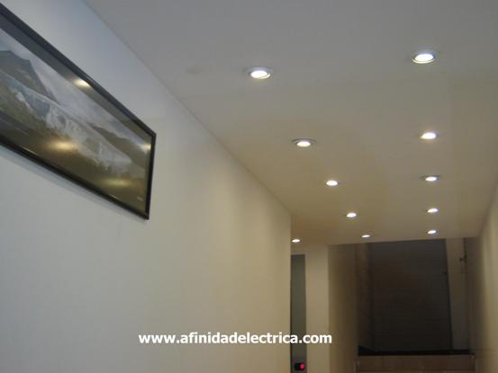 La iluminación del mismo consiste en 80 artefactos con lámparas dicroicas embutidos en el cielorraso.
