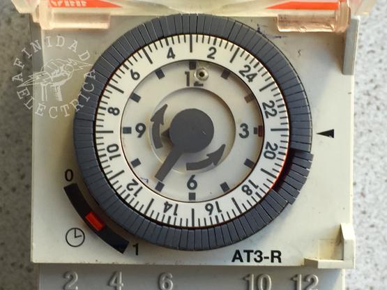 Para poner en hora el reloj, girar el disco de ajuste en sentido horario hasta que el horario actual en la esfera de 24 horas coincida con la señal (flecha negra de la derecha).