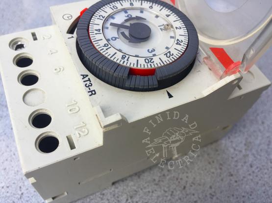 Para programar los horarios de apagado, en la rueda de escala de 24 horas llevar hacia afuera los segmentos del disco de programación correspondientes a los periodos de apagado (Función 0). El color rojo del fondo no será visible.