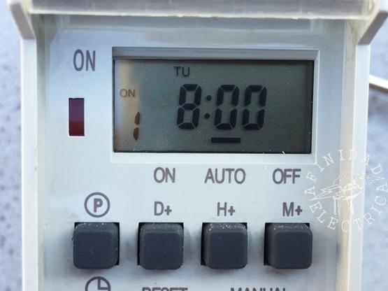 Presionamos la tecla H+ (horas) ocho veces hasta que el display indique las 8:00 hs. En este caso no hace falta configurar los minutos.
