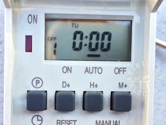 Presionamos la tecla D+ (días) reiteradamente hasta que el display indique el día TU (martes).