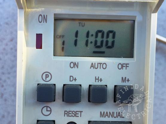 Presionamos la tecla H+ (horas) once veces hasta que el display indique las 11:00 hs.