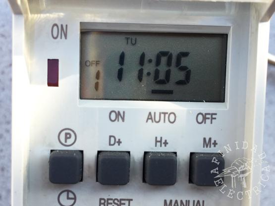Presionamos la tecla M+ (minutos) cinco veces hasta que el display indique las 11:05 hs.