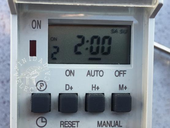 Presionamos la tecla H+ (horas) dos veces hasta que el display indique las 2:00 hs. En este caso no hace falta configurar los minutos.