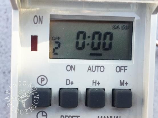 Presionamos la tecla D+ (días) reiteradamente hasta que el display indique SA y SU (sábado y domingo)