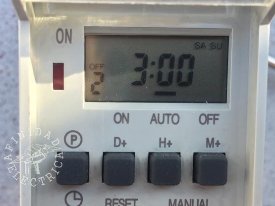 Presionamos la tecla H+ (horas) tres veces hasta que el display indique las 3:00 hs. En este caso no hace falta configurar los minutos.