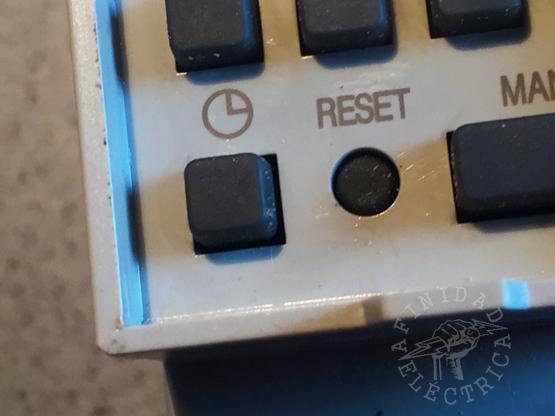 Antes de programar el reloj timer por primera vez es conveniente presionar el botón RESET para borrar todos los datos basura que pueda contener la memoria.