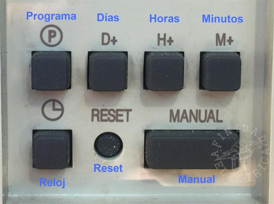 Para poner en hora el reloj, manteniendo apretada la tecla RELOJ presionar: