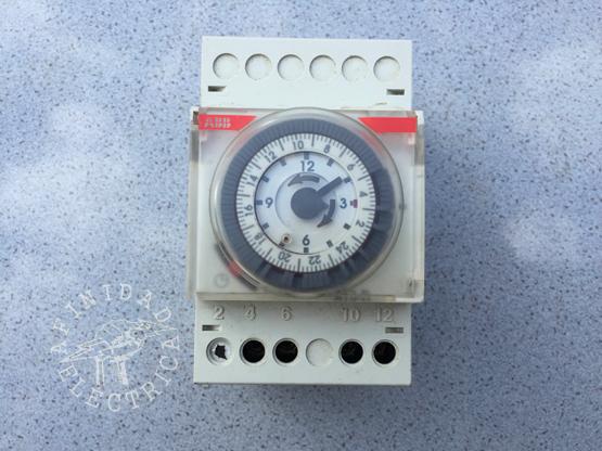 Analógico o mecánico: La interfaz de programación es un reloj de 24h en forma de rueda. Permite programar distintos intervalos de funcionamiento que se repetirán cada 24 horas.