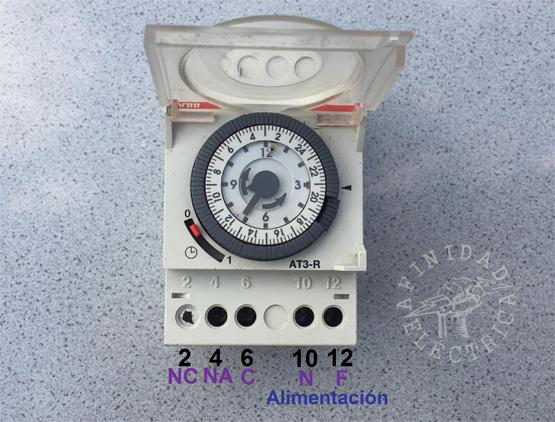 Conexión de un reloj timer electromecánico ABB AT3-R.