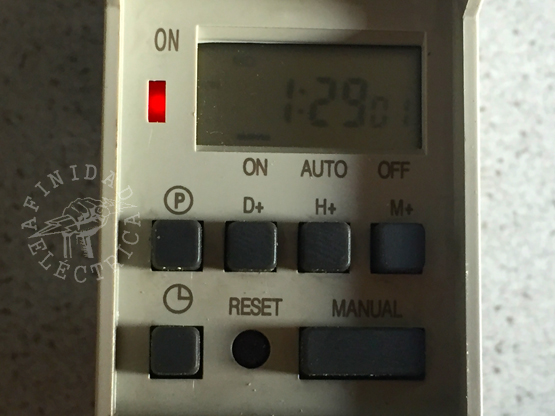 Cuando se active un programa de encendido o el reloj se ponga en modo manual ON, se encenderá el led rojo indicador de conexión del relay interno y en el display a la izquierda cambiará la indicación a ON.