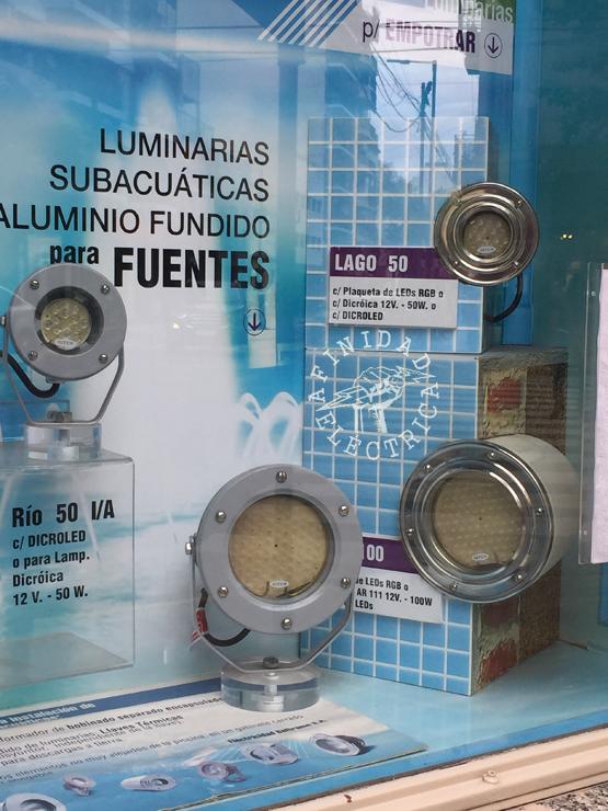 La Luminaria debe funcionar sumergida y fijada a las paredes verticales de la piscina.