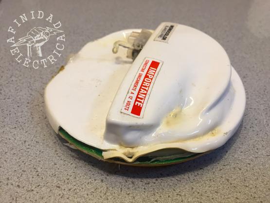 En este caso, las placas de led originales que venían instaladas en las lámparas fracasaron: Tuvieron una vida útil inferior a un año.