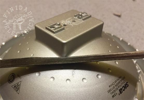 Con ayuda de la sierra, cortamos y separamos  la torreta plástica rectangular para inspeccionar el interior de la lámpara y verificar que sectores pueden ser seccionados sin dañar a los componentes electrónicos.