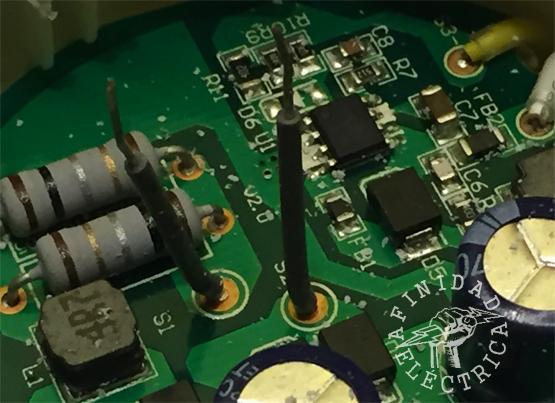 Al destapar el receptáculo que contiene los componentes electrónicos nos encontramos con los dos cables de alimentación que habíamos desoldado del conector G53.