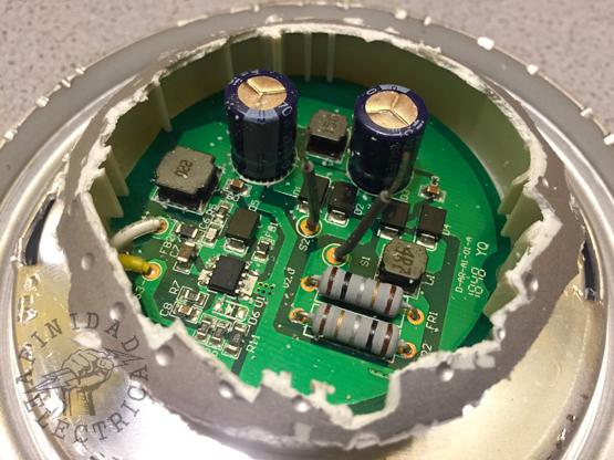 Con esta información procedemos a devastar la carcasa plástica hasta llegar a un espesor total de unos 27 milímetros, similar al de la placa led original.