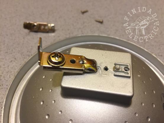 Con la punta del soldador caliente derretir y quitar la soldadura que conecta los terminales con los cables que van hacia adentro de la lámpara.