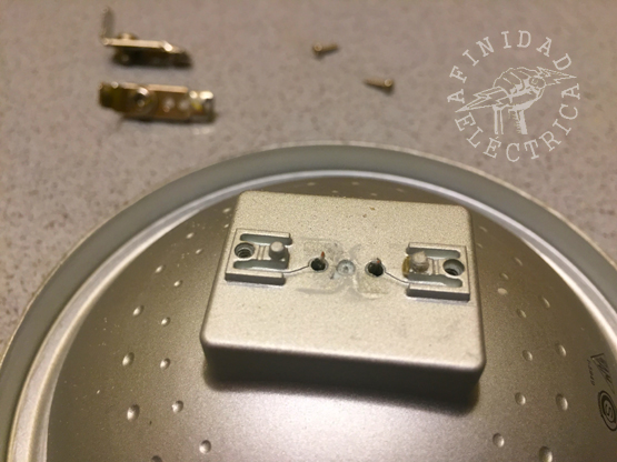 Una vez liberados estos conductores, se retiran los dos conectores metálicos tipo faston macho y sus soportes.