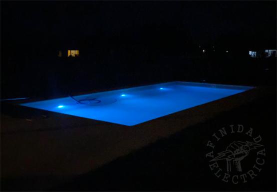 La iluminación de una piscina tiene tanto una función decorativa o estética como funcional, ya que también es una buena medida de seguridad.