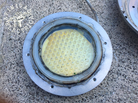 Extraemos los seis tornillos que fijan el frente-tapa al cuerpo de la luminaria para poder acceder a la lámpara o plaqueta.
